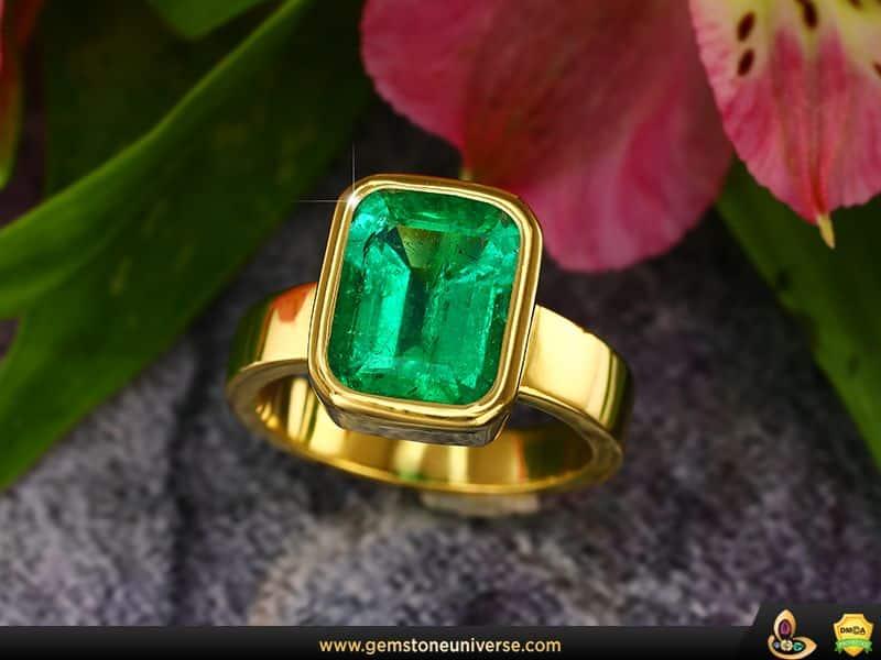 Exquisita mina de Muzo Esmeralda colombiana en Gemstoneuniverse Jyotish Gem Ring